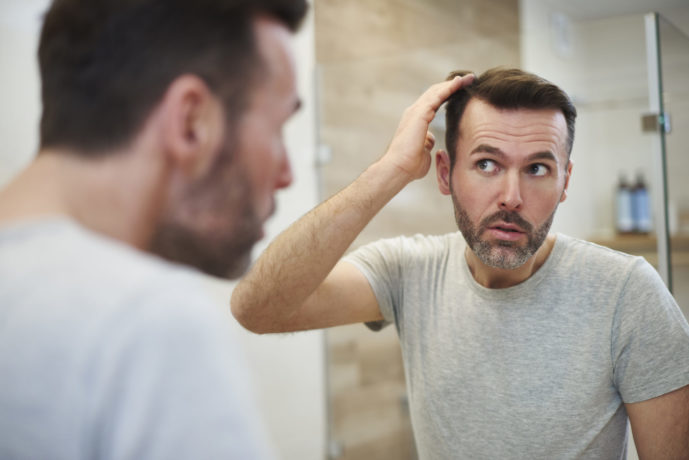 mature-men-is-worried-about-hair-loss-D83NCF2-scaled-e1601914986253 湯シャンは頭皮環境の改善に効果あり!正しいやり方と5つのコツ